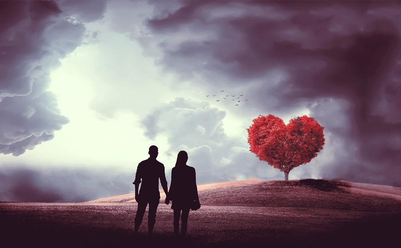 Couple en santé regardant arbre en forme de coeur