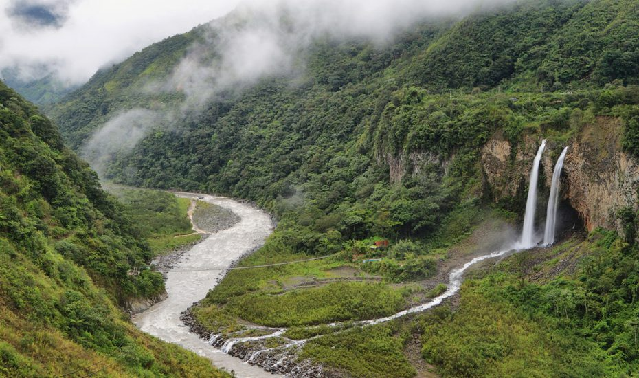 Riviere parcourant les montagnes et forets